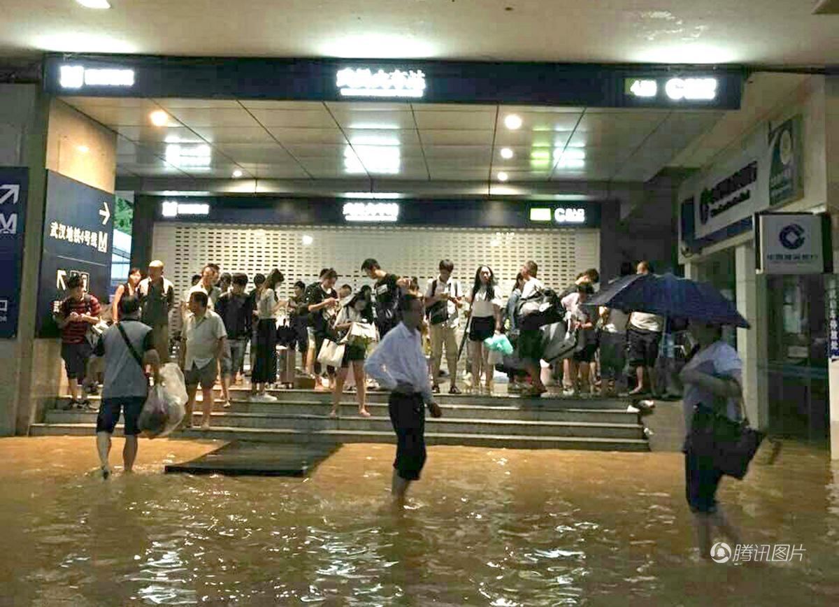 """武汉暴雨地铁站内如""""瀑布"""" 全城瘫痪2016.7.7 - fpdlgswmx - fpdlgswmx的博客"""