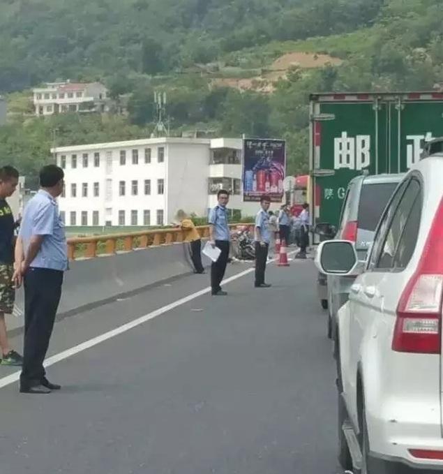 7月6日10时左右,安康瀛湖镇阳坡大桥发生一起交通事故,一辆红色的