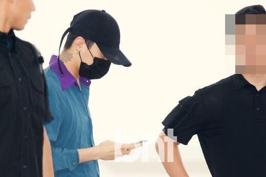 权志龙颈部纹身明显.-BigBang现身机场 太阳穿花衬衫变村干部图片