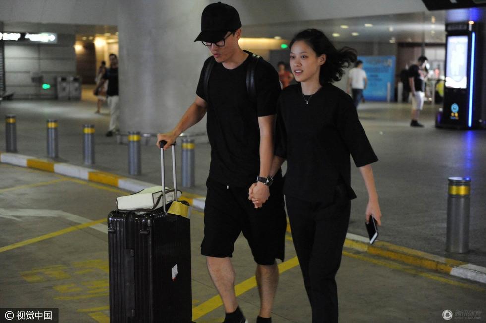刘翔与女友一袭黑衣现身机场 十指紧扣显恩爱
