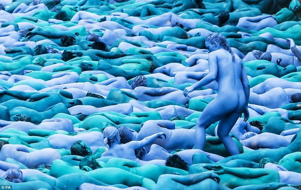 玩脱了!三千多人全裸涂成蓝色是要闹哪样