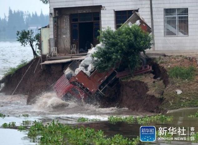 """冲向溃口的卡车""""敢死队"""":驾驶员在坠入前跳车 - 海阔山遥 - ."""