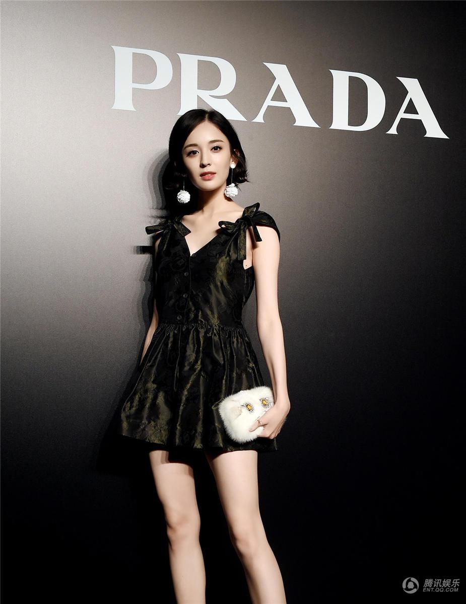 娜扎出席某品牌发布会。连衣裙