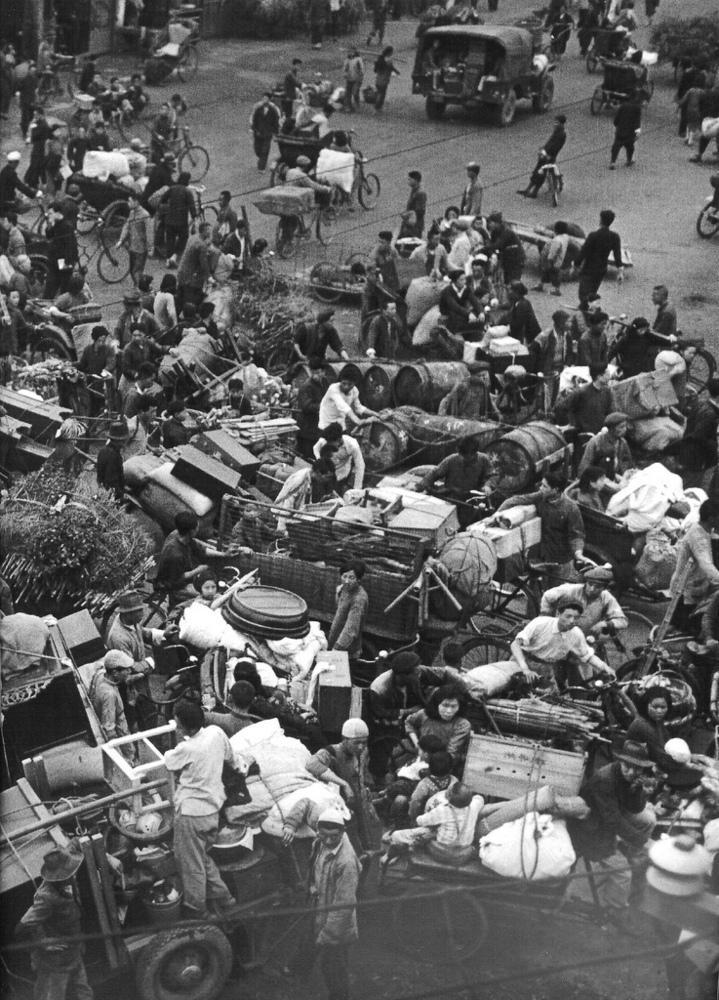 1949年4月,挤满踏车的十字路口.-上海1949 国民政府撤离前夕 组图