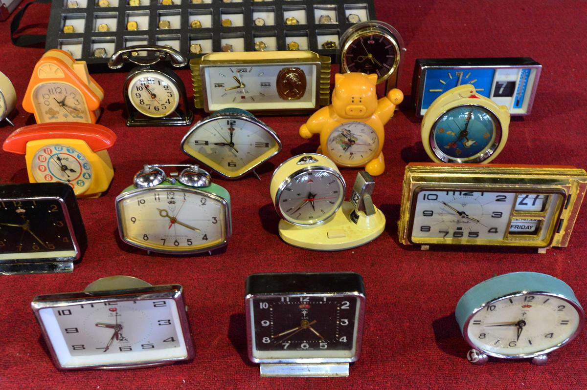 老人 60 年收藏 1500 块手表和 100 个闹钟 悉数捐赠