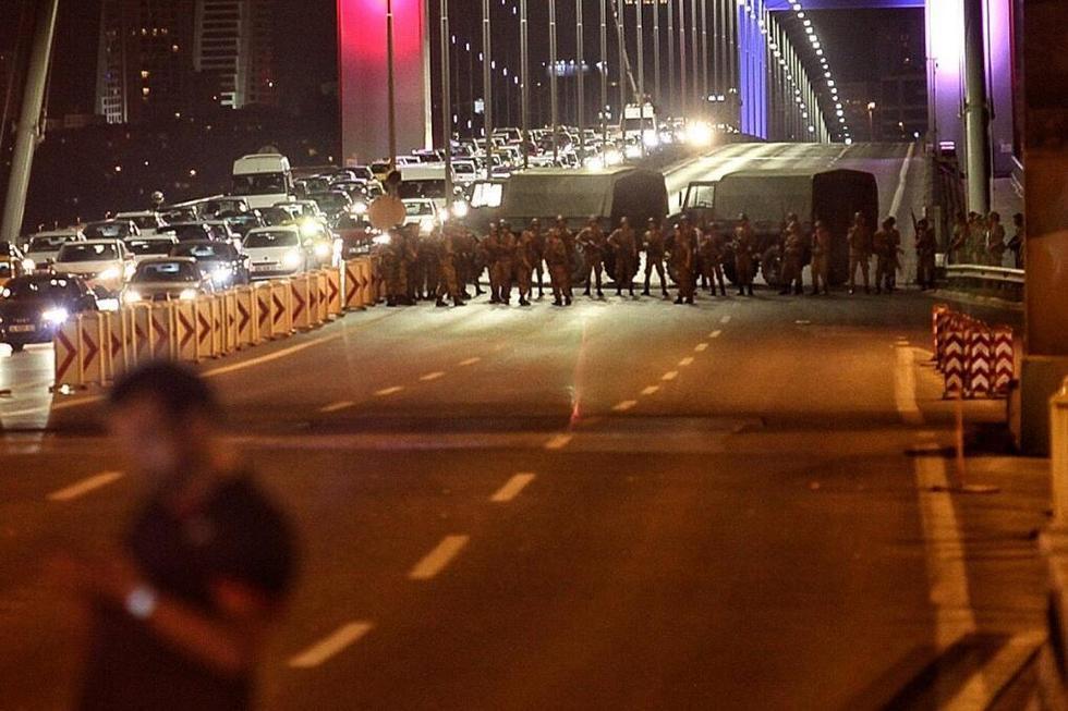 土耳其士兵封锁大桥 持枪上街巡逻(高清组图)