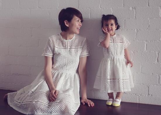 梁咏琪和女儿同穿亲子装 混血女娃学会卖萌抢镜