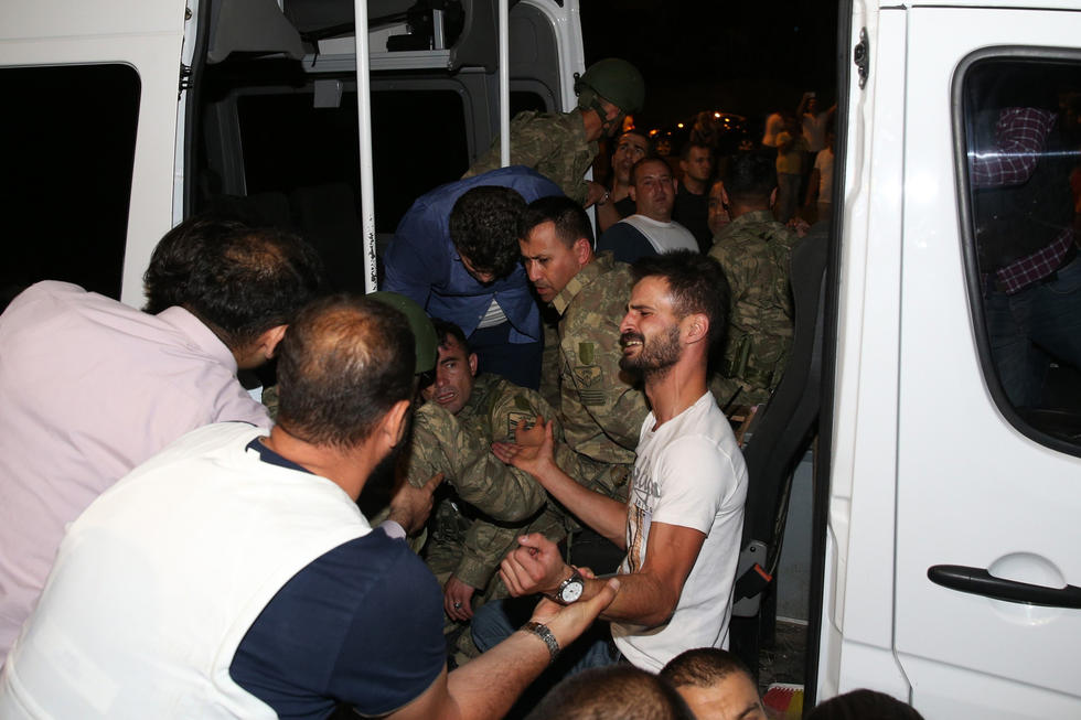 民众的复仇:土耳其叛军被暴打 遭遇私刑(高清图)