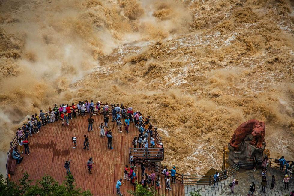 """游客近距离拍摄云南虎跳峡""""超级山洪"""" - 海阔山遥 - ."""