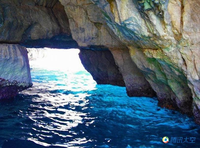 马尔他岛蓝洞是世界上最壮观的自然景象之一,海洋波浪持续拍打图片