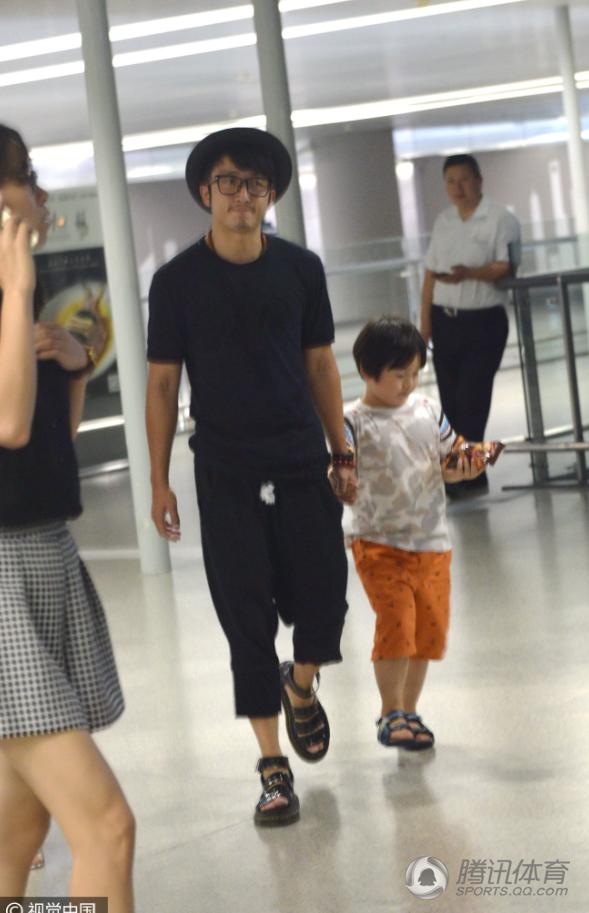 讯 昨晚深夜,拳王邹市明和老婆冉莹颖带着两个儿子抵达上海虹桥图片