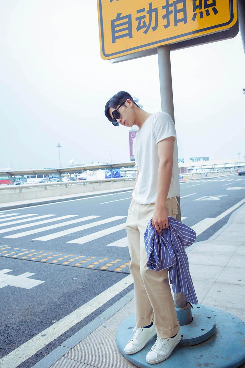 搭配米色休闲长裤,脚踩小白鞋亮相,休闲又不失时尚感,白色与蓝
