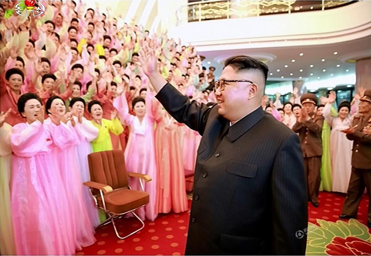 金正恩观看演出被众多军嫂包围 喜笑颜开 - 海阔山遥 - .