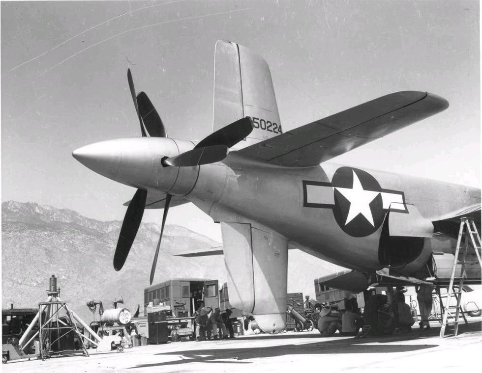 机尾部分特写,飞机的尾翼采用十字形式,看起来有点像潜艇.-在宇