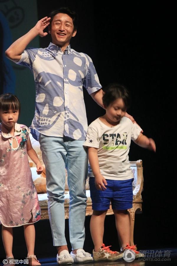 体育讯 近日,邹市明携儿子轩轩出席活动,轩轩现场展示他的拳技,图片