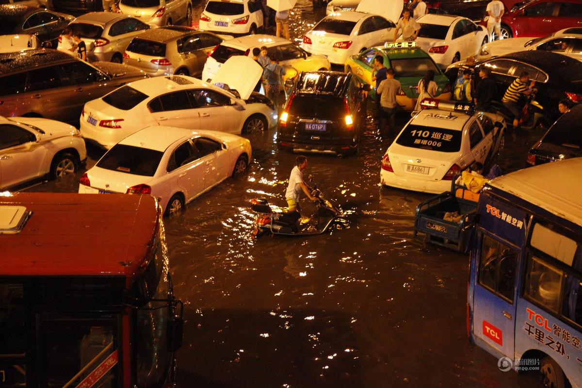 西安7月24日暴雨:城区多处积水严重 交通堵塞(图)