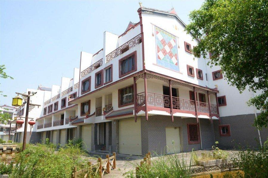 别墅建筑共有100多栋,分为四层,别墅主体工程和外墙装修已经完