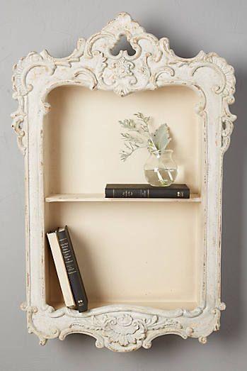 这个挂在墙上的小书架,外框雕刻得如此精美,称得上是艺术品了吧~
