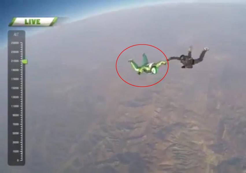 惊心动魄!男子从7600米高空跳下 不带降落伞