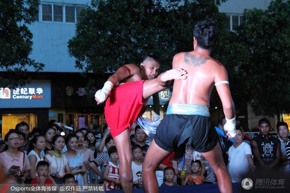 外籍美女助阵街头泰拳 比基尼大秀性感身材图片