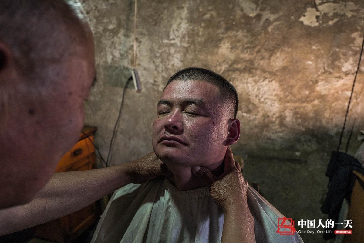 中国人的一天:75岁老翁剃头60载 给顾客打眼刮脸 - 海阔山遥 - .