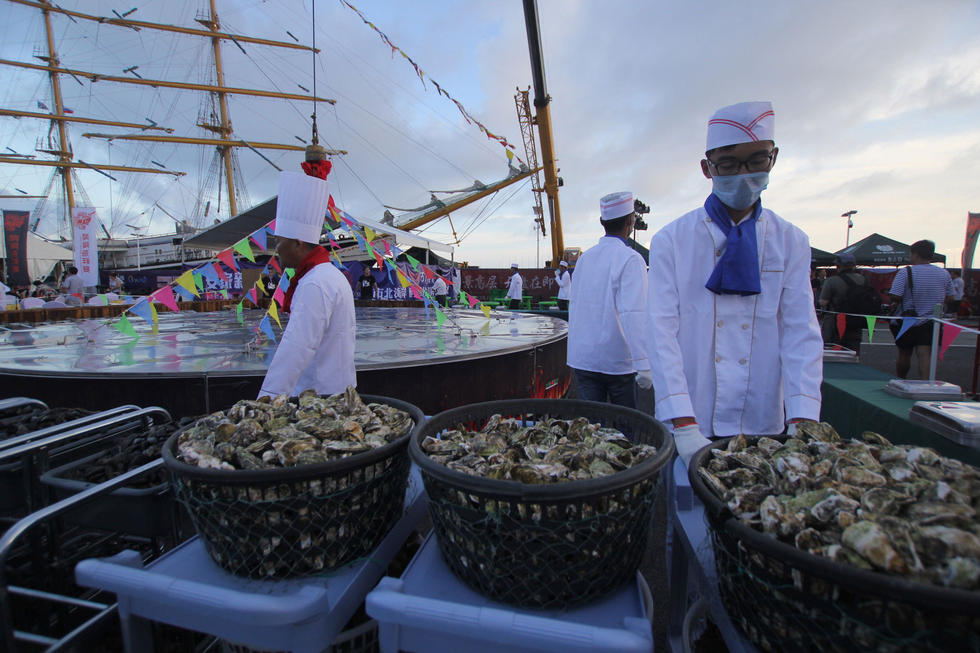 直径6.6米巨型大锅亮相青岛 千人共享海鲜大餐 - 海阔山遥 - .