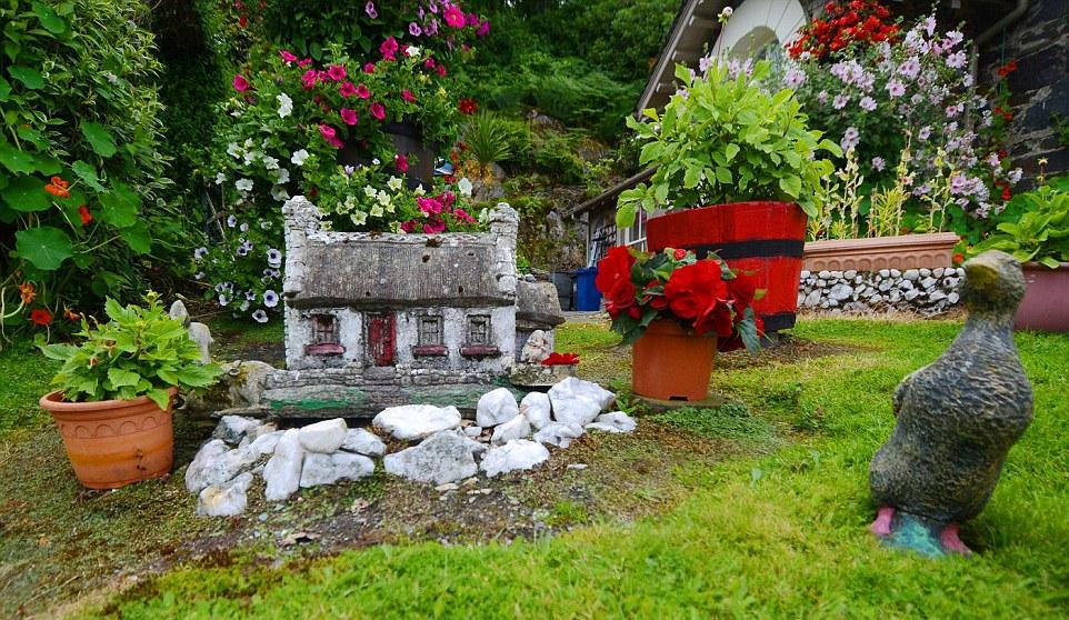 组图:七旬老人16年将自家庭院变成童话花园 - 海阔山遥 - .