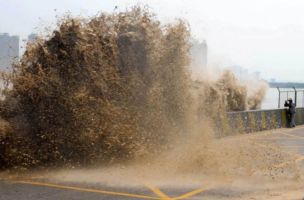 摄影发烧友拍钱塘江大潮 被拍倒在地2016.8.20 - fpdlgswmx - fpdlgswmx的博客