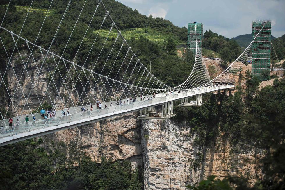 张家界玻璃桥试运营 创多个世界之最引游客体验 - 海阔山遥 - .