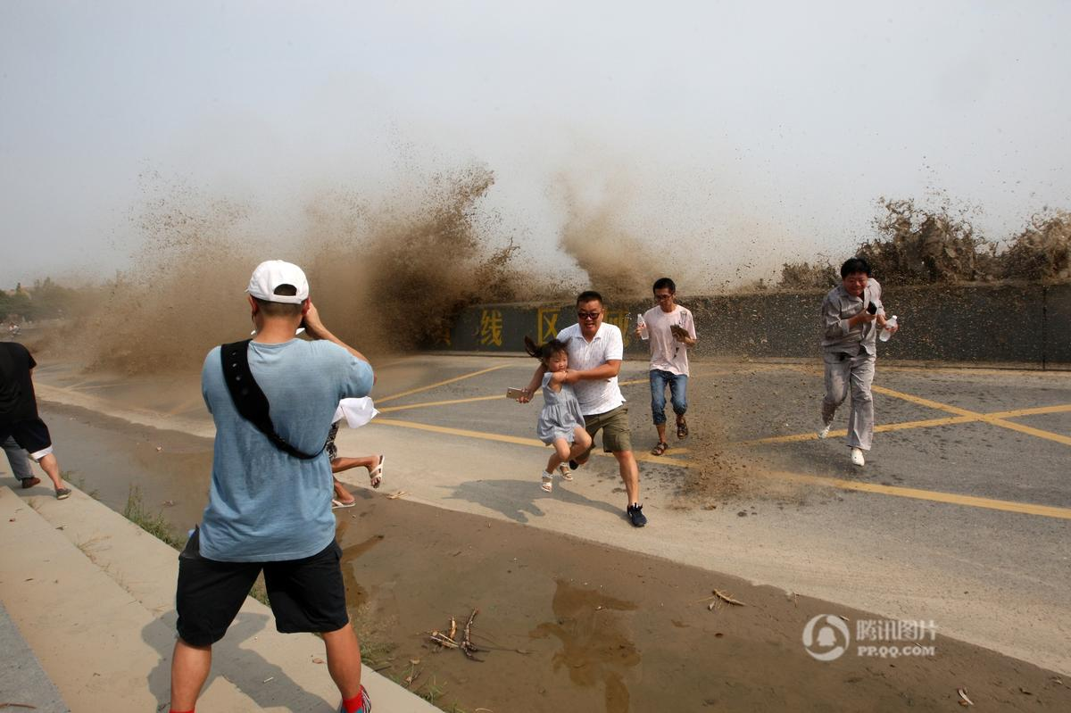 杭州钱江大潮浊浪排空 拍照游客遭浪袭2016.8.22 - fpdlgswmx - fpdlgswmx的博客