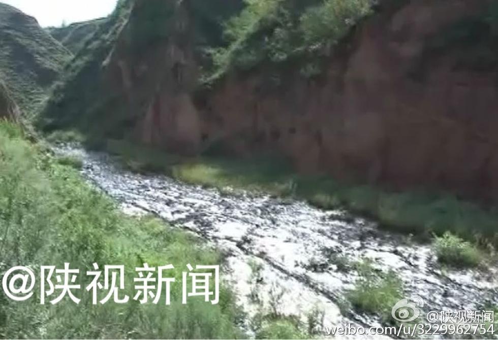 大雨冲出去年泄漏的石油 数百米山沟变油河2016.8.23 - fpdlgswmx - fpdlgswmx的博客