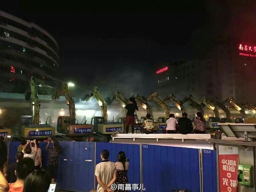 近百台挖掘机齐上阵 老立交桥一晚上被拆净 - 海阔山遥 - .