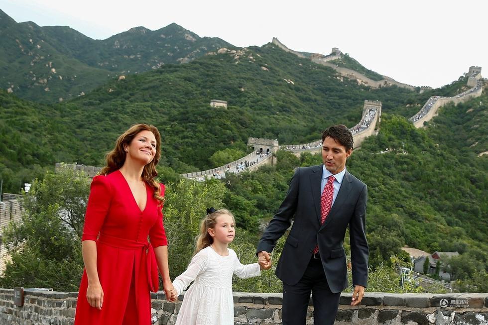 加拿大总理特鲁多携妻女游览长城