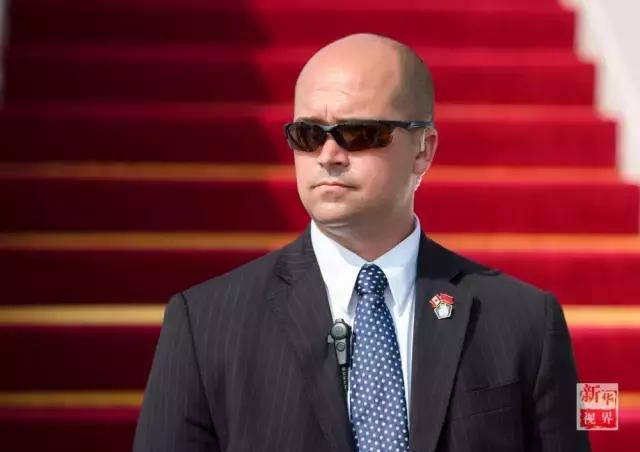 加拿大总理专机的安保人员站在舷梯前.-G20各国领导人保镖大比拼