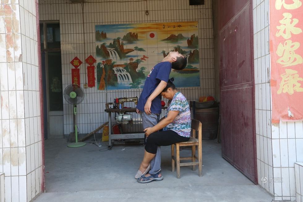 母亲自创康复训练 瘫痪儿子八年后能走路 - 海阔山遥 - .