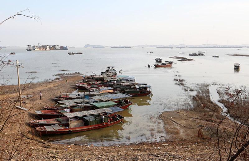 组图:中国最大淡水湖面积1个月缩小三分之一