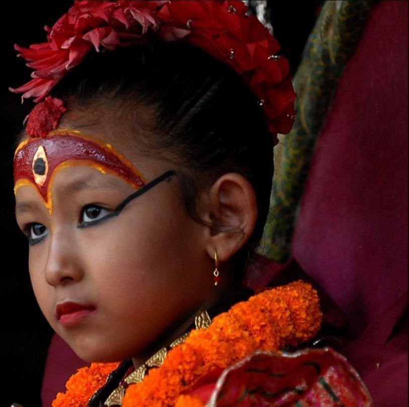 尼泊尔7岁女童被选为活女神 赤脚不能沾地