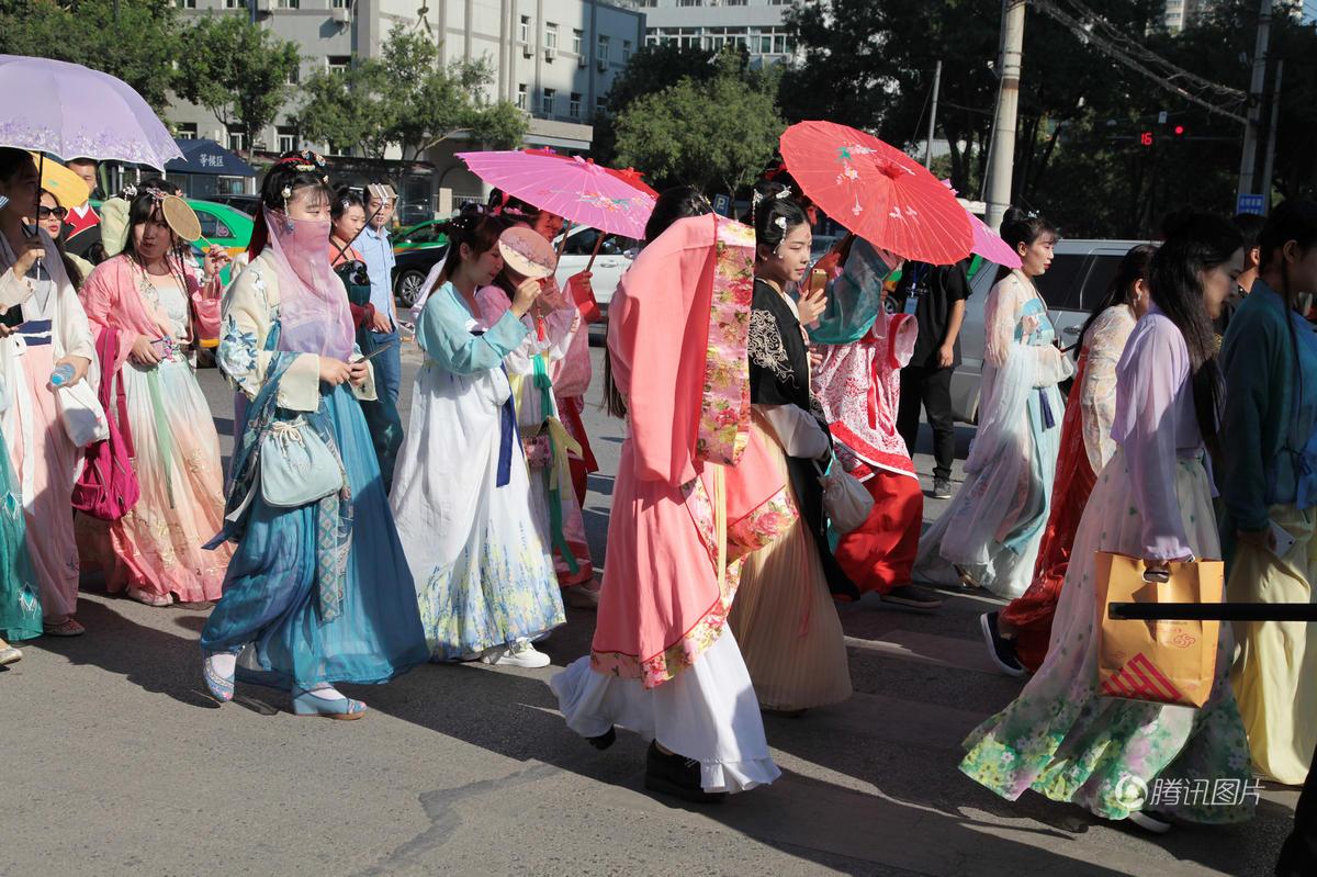 西安千名汉服爱好者集体巡游引市民围观 - 海阔山遥 - .