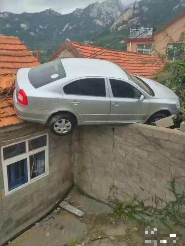 青岛一司机倒车太猛 冲上村民屋顶 - 海阔山遥 - .