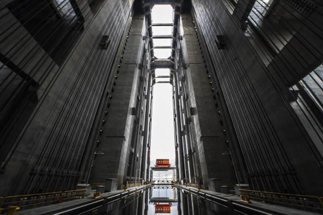 """三峡最后的秘密:游轮坐""""电梯""""画面 - 海阔山遥 - ."""