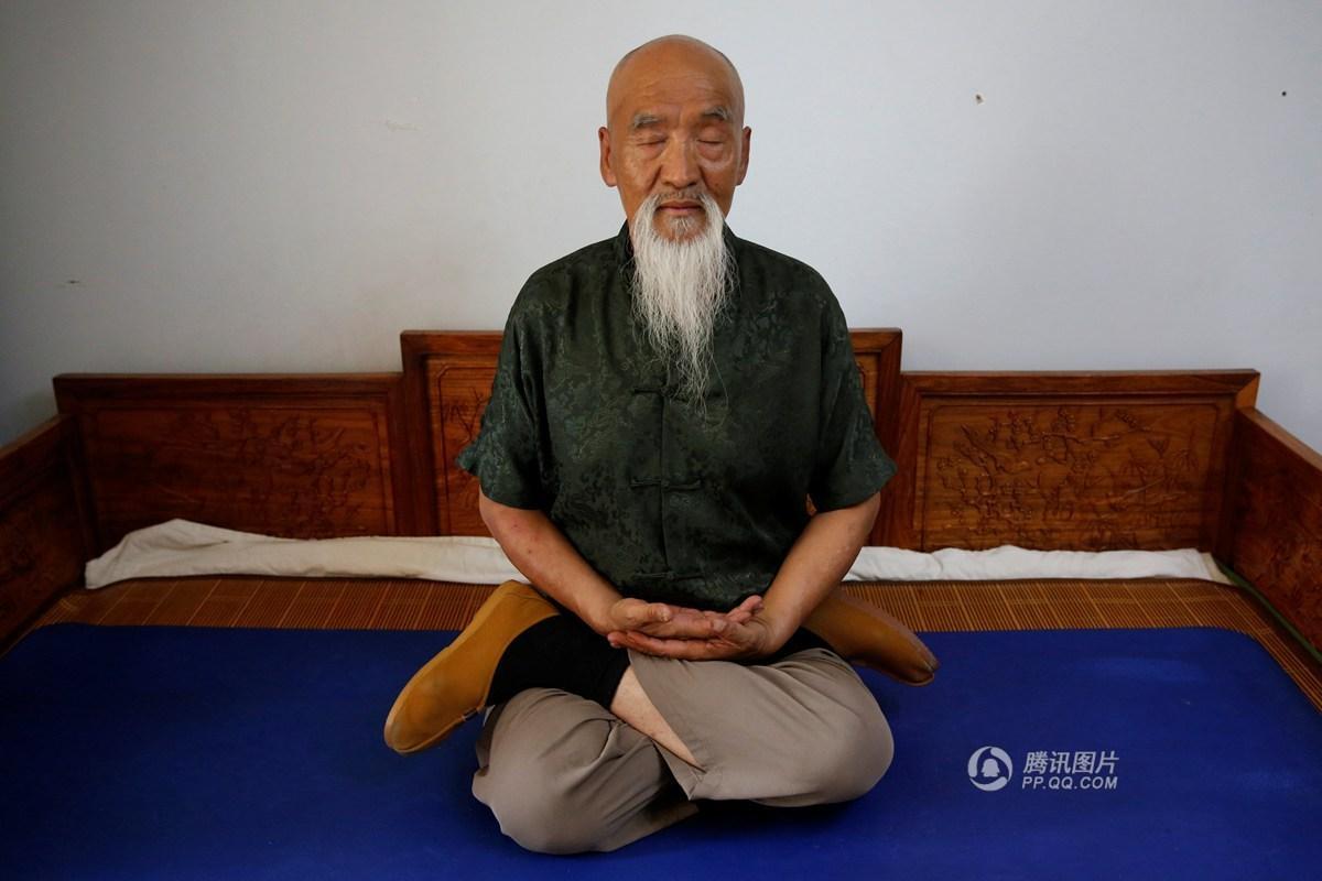 """北京民间武师70岁的李连贵练""""缩骨功""""""""脱骨功""""(组图)"""