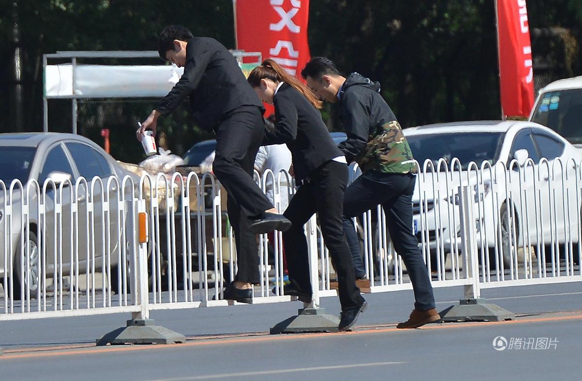 """沈阳街头 市民游客上演花式""""跨栏"""" - 海阔山遥 - ."""