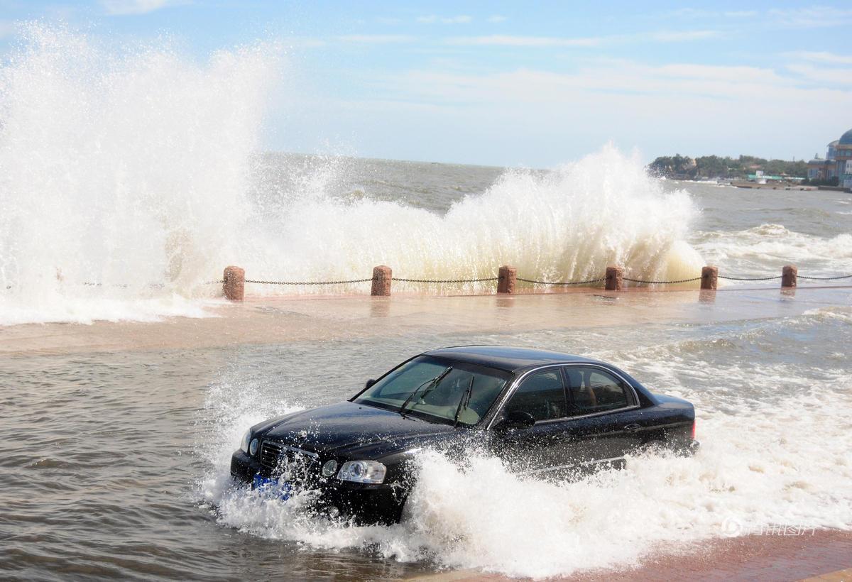 烟台遭遇罕见大浪 岸边车辆被水淹2016.9.21 - fpdlgswmx - fpdlgswmx的博客