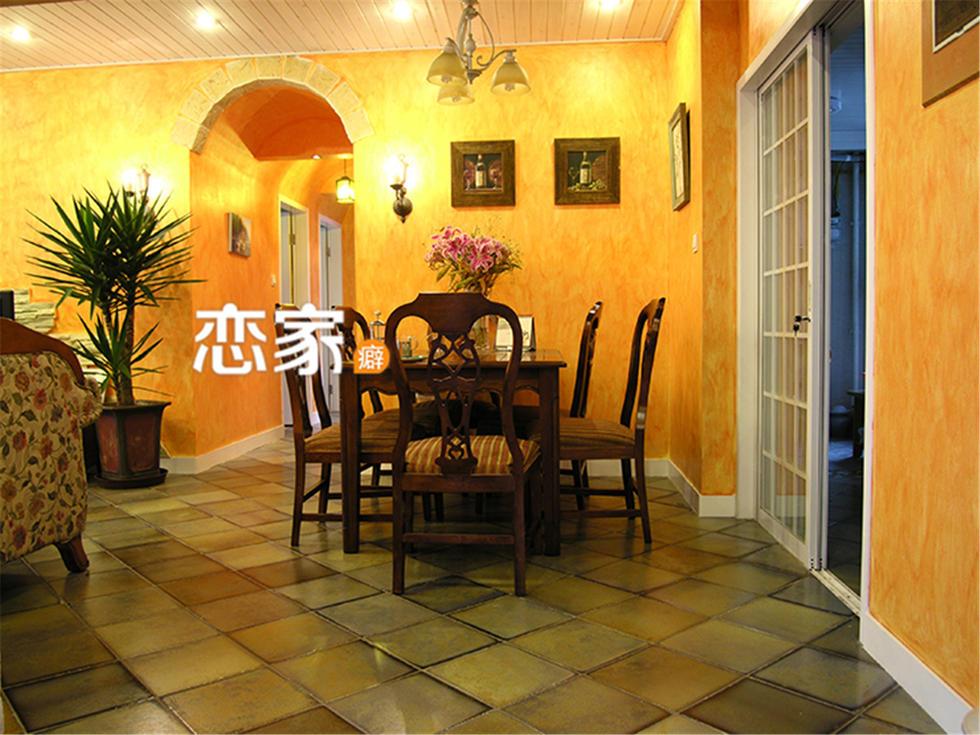 这套美式田园的餐桌部分用橘色的墙为背景,深色系地板砖与橘黄色相得图片
