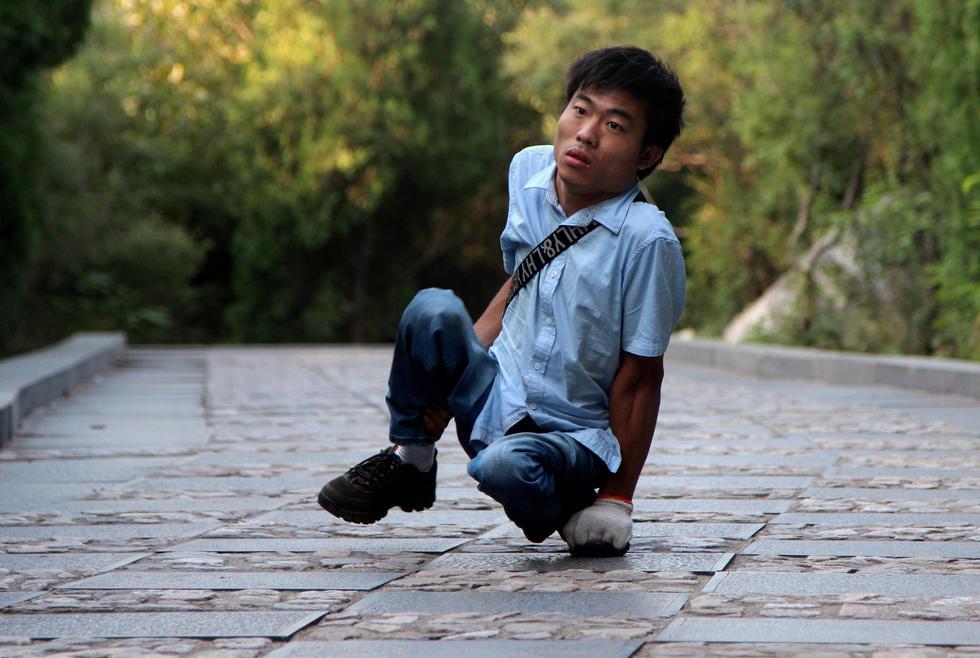 """残疾小伙""""行走""""六省 用手和屁股登顶五岳"""
