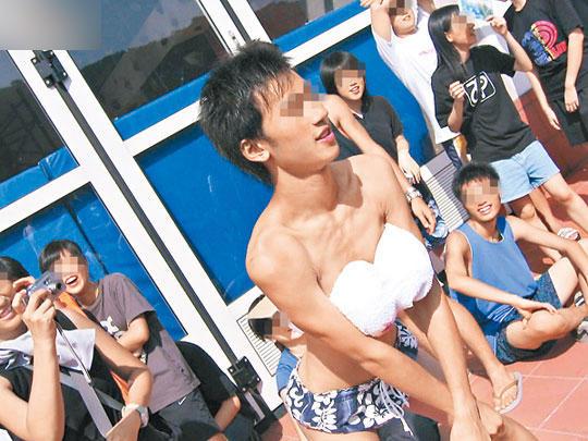 香港一高校迎新被批恶俗 2男生舔1女生大腿 - 海阔山遥 - .