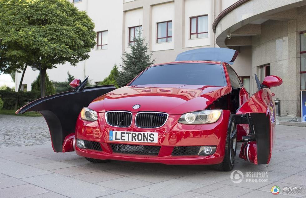 人可以像电影《变形金刚》中的汽车人一样在汽车形态和机器人形态高清图片
