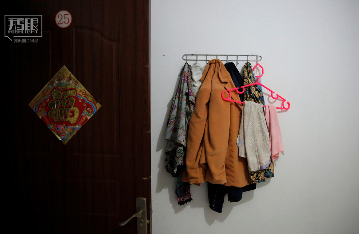2016年6月22日,黄阿姨和老伴潘先生居住的房间门口挂着衣服.
