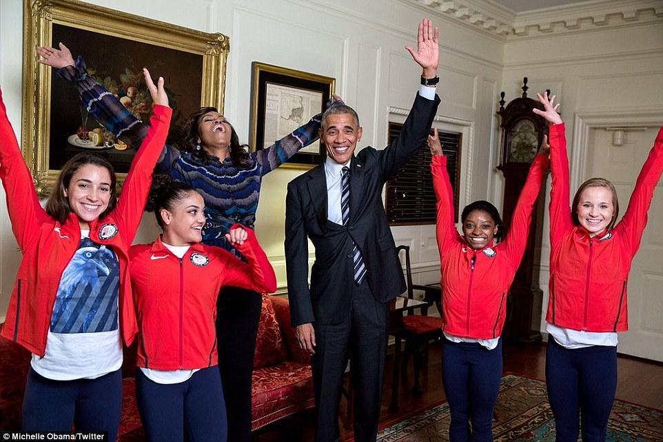 奥巴马最近玩嗨了 不仅想学劈叉还红袍加身 - 海阔山遥 - .