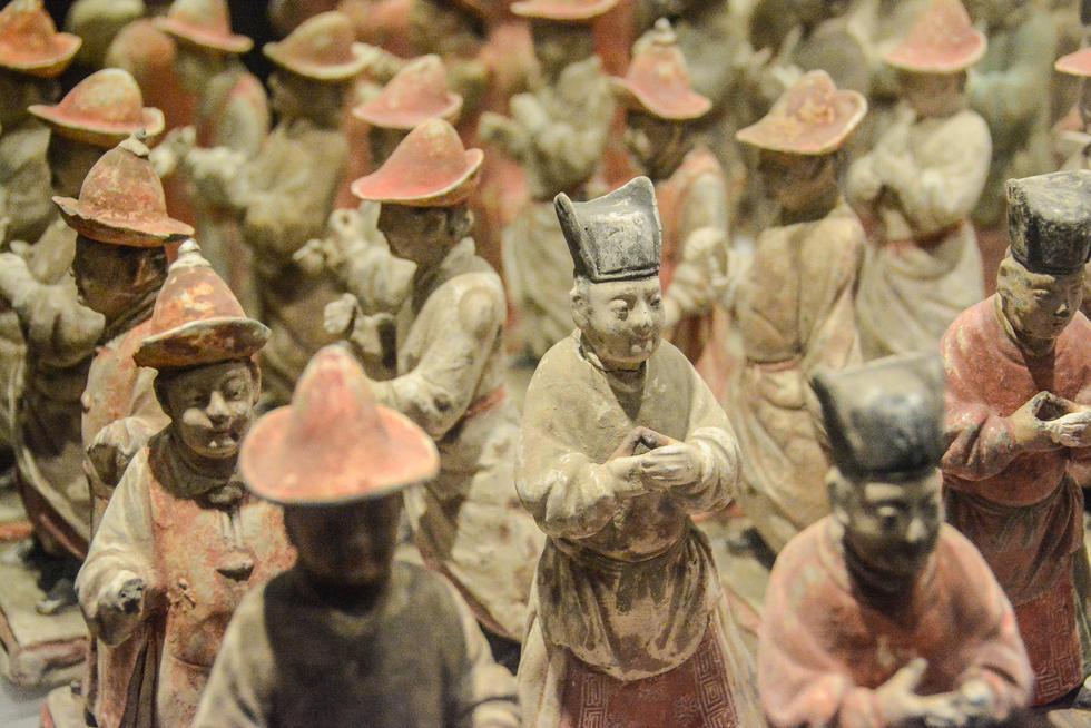 西安展出300余件彩绘陶仪仗俑群 神态迥异 - 海阔山遥 - .